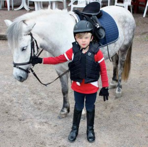 Charlie Wittzell redo för lektion med egna hästen Zea