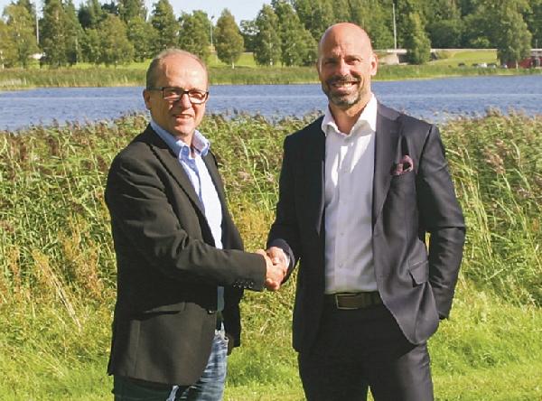 Yngve Gustafsson (till vänster), vd för Wermlands Mejeri AB skakar hand med Konsum Värmlands vd Tomas Sjölander efter avsiktsförklaringen att Konsum ska sälja 2,5 miljoner liter mjölk per år från det nybildade mejeriet. Bild: KONSUM VÄRMLAND