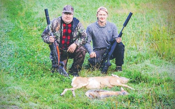 En bock och en räv blev inledningen på årets bockjakt för Thorbjörn och Martin. Gladast är skytten Martin som fällt båda djuren med perfekt satta skott.