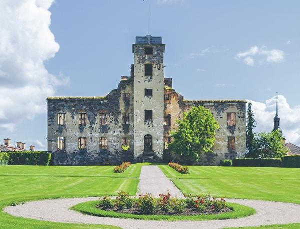 En gång i tiden ett pampigt slott där det bodde omkring fyrtio personer. På grund av rasrisk är det förbjudet att gå in i ruinen som står under ständig renovering.