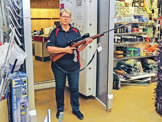 Iréne Lindqvist med en av de nya studsare som finns inne i det säkra vapenförrådet.