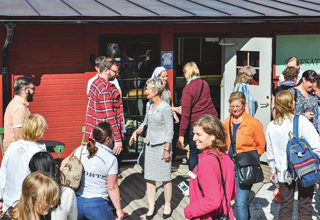 Med på bushresan var även landshövdingen som här anländer till Stavsäter tillsammans med politiker, landsbygdsutvecklare och lantbrukare med flera.