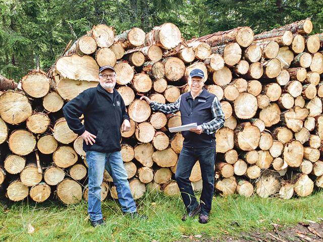 Statistiken presenterades som vanligt lokalt, i år hos Tommy Andersson (till vänster), skogsägare med 900 hektar mark i Ydre. Sven Johansson, till höger, är mäklare på LRF konsult i Tranås. Bild: JOHAN OLAUSSON, Mäklare LRF konsult, Vetlanda