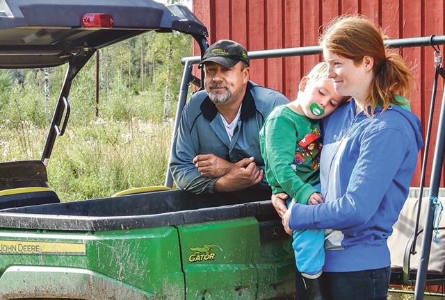 Per-Åke Nykvist och Anna Ring med treårige Hugo, på platsen där mejeriet ska byggas.