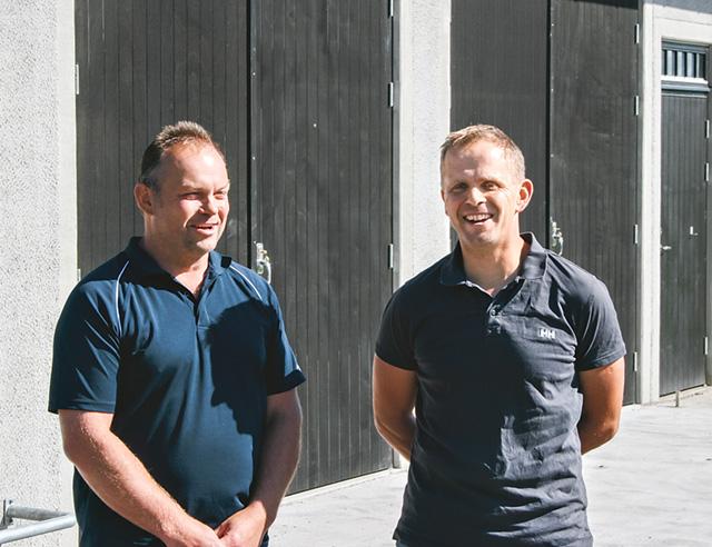 Bojne Andersson och Thomas Orrenius utanför det nya kostallet Det nya kostallet som ska rymma 160 djur. i Alvastra