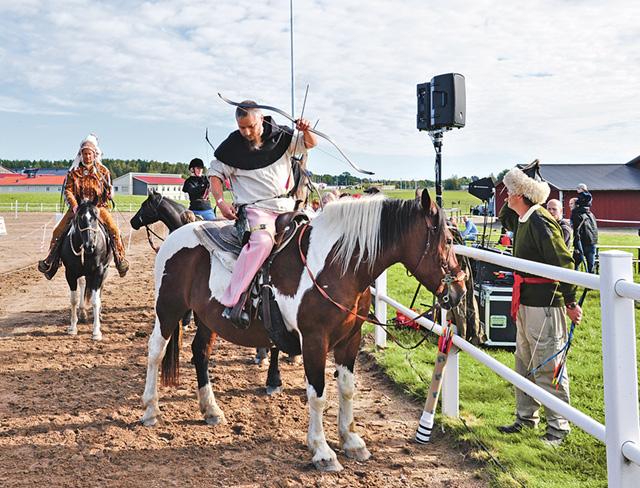 Besökarna på mässan Häst – Jakt – Lantliv kunde ta del av mängder av olika uppvisningar. Här visar skickliga ryttare och pilbågsskyttar upp sina färdigheter inom beridet bågskytte.