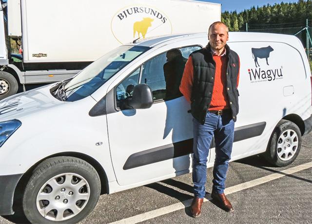 Martin Johansson på Bjursunds Slakteri framför en av firmabilarna som är märkt med företagsnamnen iWagyu, där han är majoritetsägare sedan april i år.