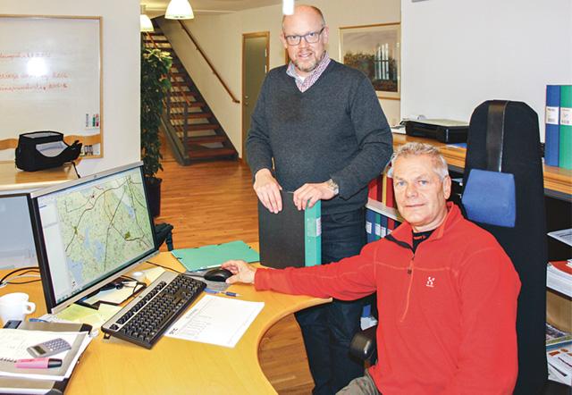 Skogschefen vid Baroniet Adelswärd AB Tony Andreasson studerar skogsbruksplanen tillsammans med vd Jonas Nilsson.