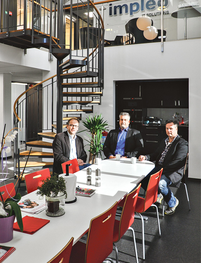 Jan Andersson, Thomas Almgren och Torbjörn Rogsberg vid fikabordet i den öppna gemensamma ytan.