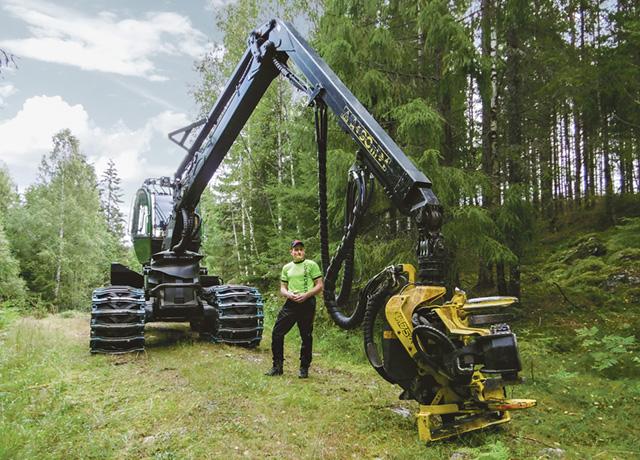 Jan Lindqvist, med enmansföretaget Lindqvists skogsvård, arbetar ibland långa dagar med sin skördare.