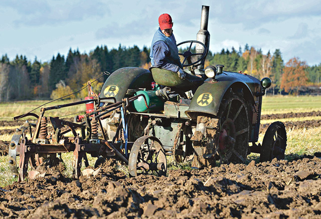 Segraren i Veterantraktor med bogserad plog, Johan Gustavsson från Ryckelsby, fick till fina fåror med sin BM-traktor och överumplog.