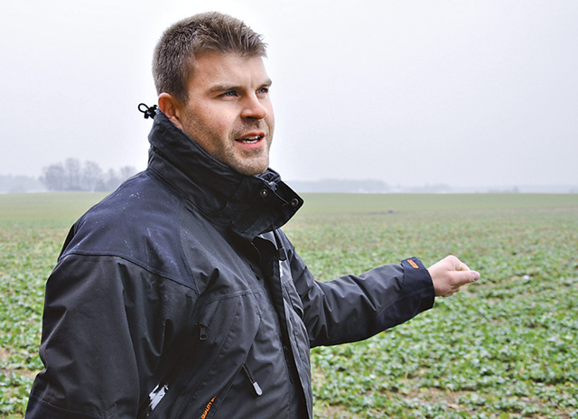 Isac Svärd under ett gårdsbesök förra våren då höstrapsen var grön redan i februari.