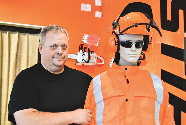 Godkänd skyddsutrustning är en bra försäkring i skogsbruket anser Ove Nilsson. Han hjälper gärna till med val av motorsåg och skyddsutrustning.