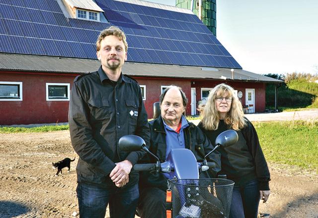 Andreas Molin, Pär Sunesson och Sonia Sunesson framför ladugården med solpanelerna