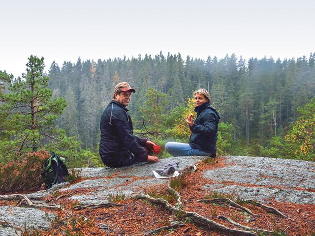 Det finns många vackra platser lämpliga för fikarast. Här har Klas Johansson och Marie Berggren plockat fram fikat med utsikt över Östgötaviken av sjön Trehörningen.