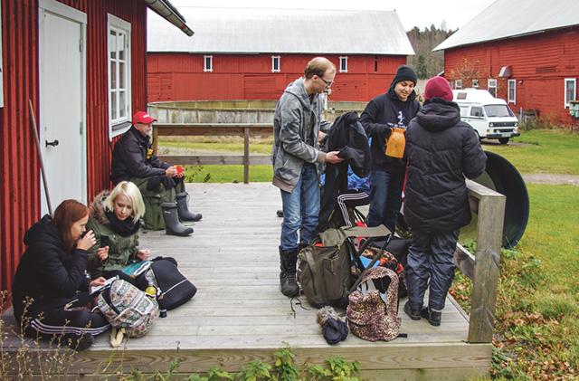 Fikat smakar bra efter dagens första pass ute i friska luften på Borums gård.