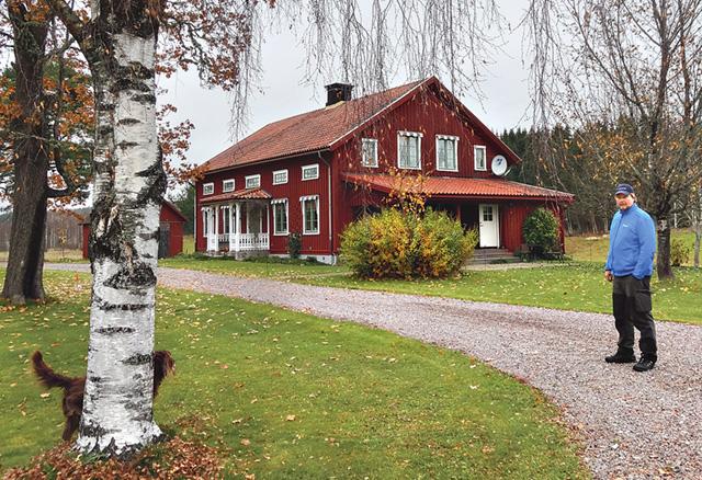 Pär Sundeskog vid sitt hem Nämndemansåsen i Östanbjörke.