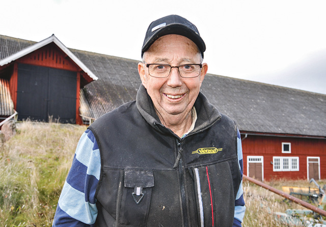 Göran Roos vid den gamla välbyggda ladugården.