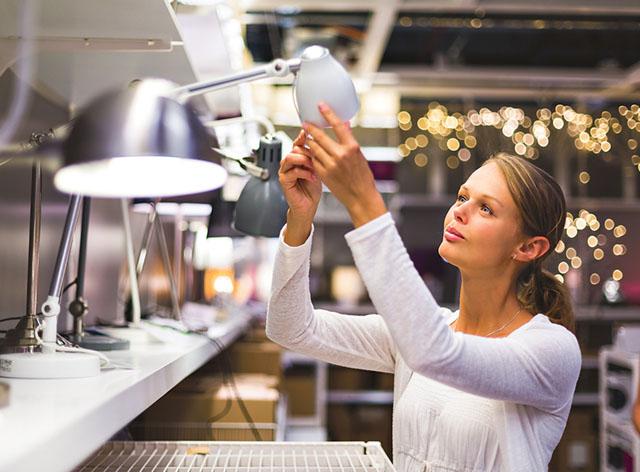 En LED-lampa använder bara 20 procent av den el som en vanlig glödlampa behöver. Har du LED-lampor hemma ska du inte använda timer. Den drar nämligen mer el än vad lampan gör.