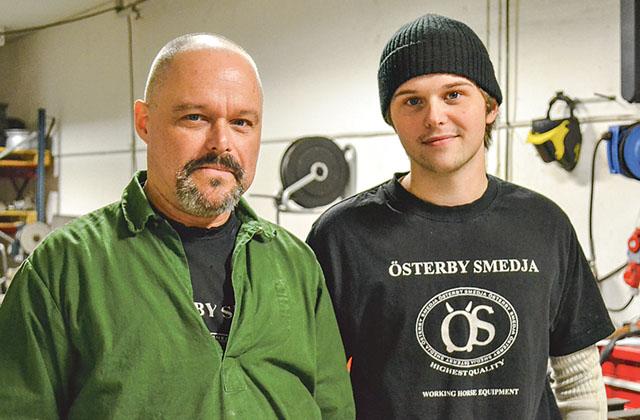 Morgan Andersson och sonen Jonathan är arbetskamrater i Österby smedja.