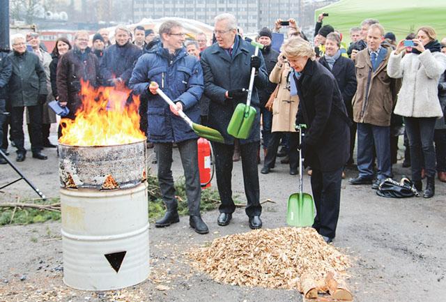 Anders Egelrud, vd för Fortum värme, tidigare statsrådet Mats Odell (KD) och Stockholmspolitikern Ulla Hamilton (M) eldar symboliskt med flis vid Sveriges största biobränslekraftvärmeverk.