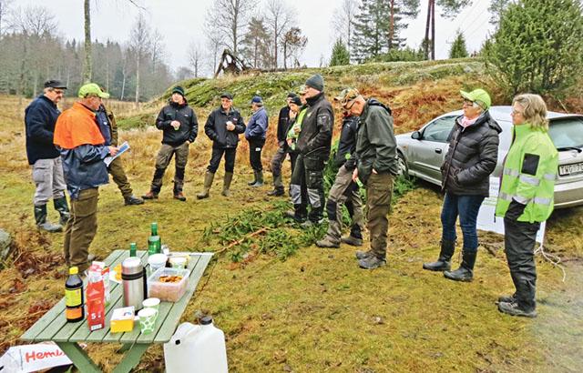 Anders Ek, ordförande i Södras förtroenderåd hälsar besökarna välkomna till markerna som ägs av Birger Karlén och där det tidigare var ett vilthägn under Gusums bruks tid.