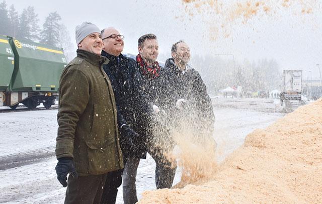 Här spånar Vänerbränsles projektledare Staffan Wilhelmsson tillsammans med Moelvens Fredrik Wallenstad, EU-parlamentets Fredrick Federley och Fortums Kjell Nilsson.