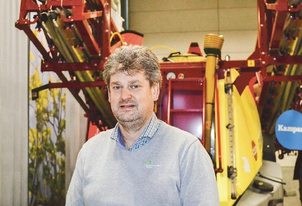 Thomas Lifberg har tydligt märkt den nedåtgående trenden med att lantbrukarna köper färre stora lantbruksmaskiner.