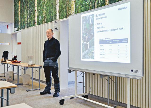 Anders Nilsson, virkesköpare på Holmen skog, höll i föredraget som följde kaffet och kanelbullen.