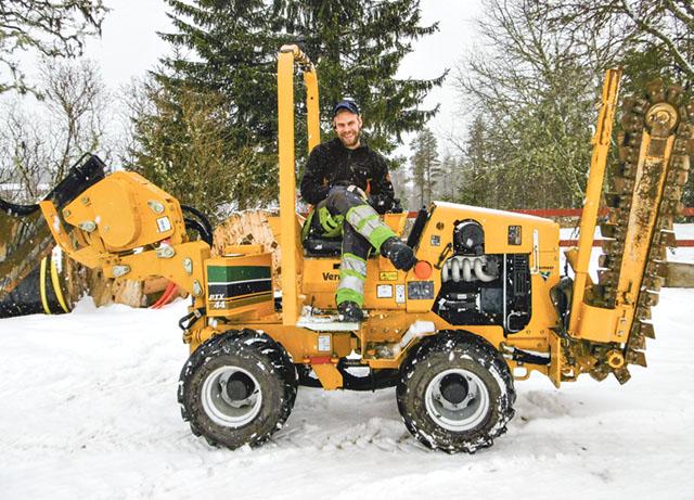 Jonas Lilja äger företaget Jonas Lilja gräv och skogsservice, Gunnarskog. Här sitter han på kedjegrävaren