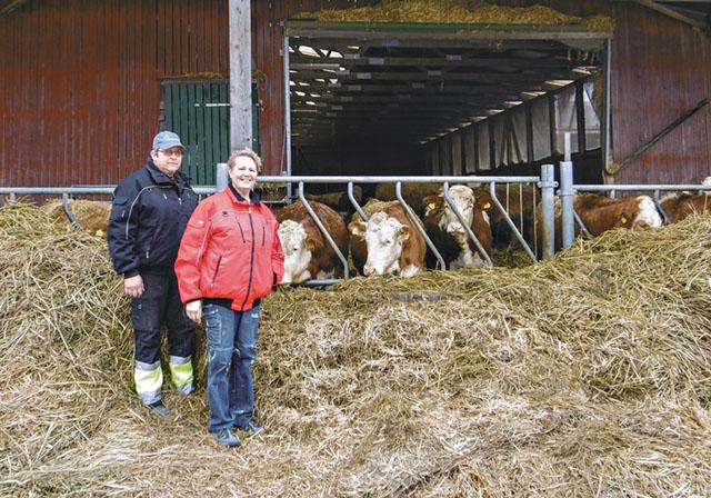 Framtidsplanen för Torbjörn och Birte Andersson på väg till ladugården är att driva familjeföretaget vidare genom jordbruket och ett etab lerat entreprenörskap för externa tjänster.