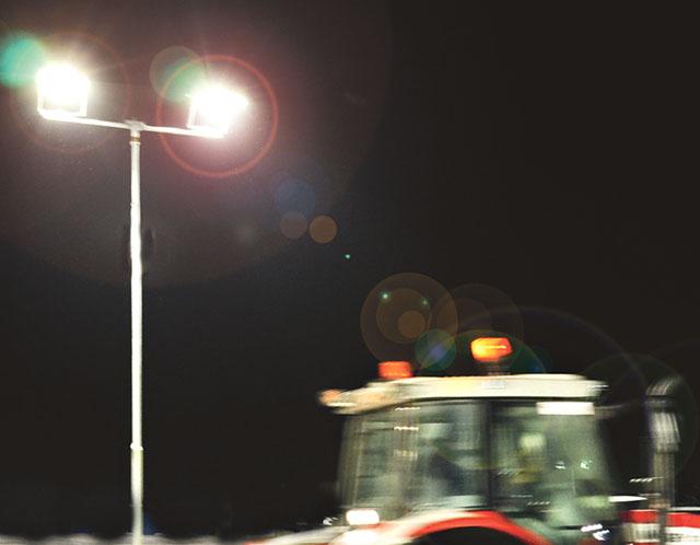 Med en rörelsevakt kopplad till belysningen kan svart natt på ögonblicket bytas mot upplyst som på dagen