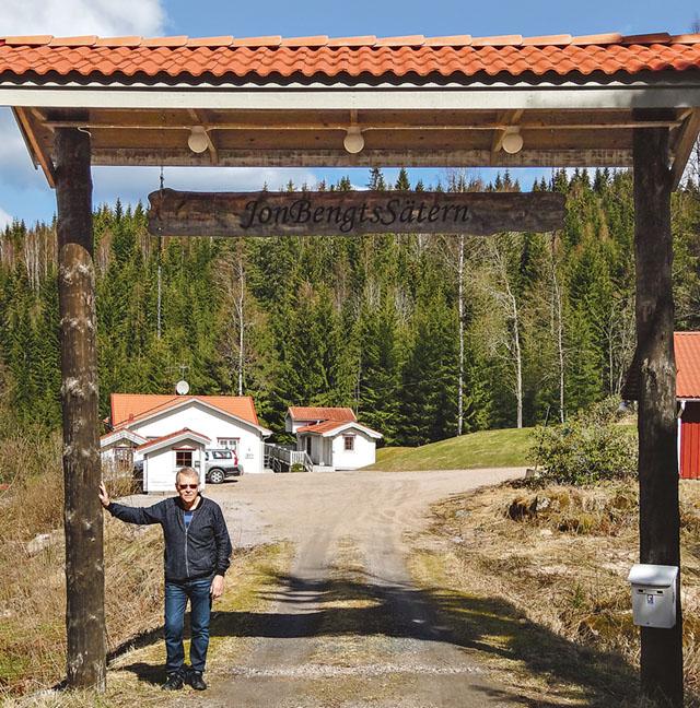 Sven Oscarsson vid entrén Jon Bengtssätern som numera tjänar som vilo- och rekreationsställe för barncancerdrabbade familjer.