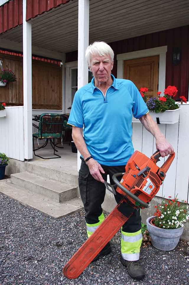 Torsten Harrström har jobbat hela livet i skogen. Här med sin motorsåg av märket Husqvarna.