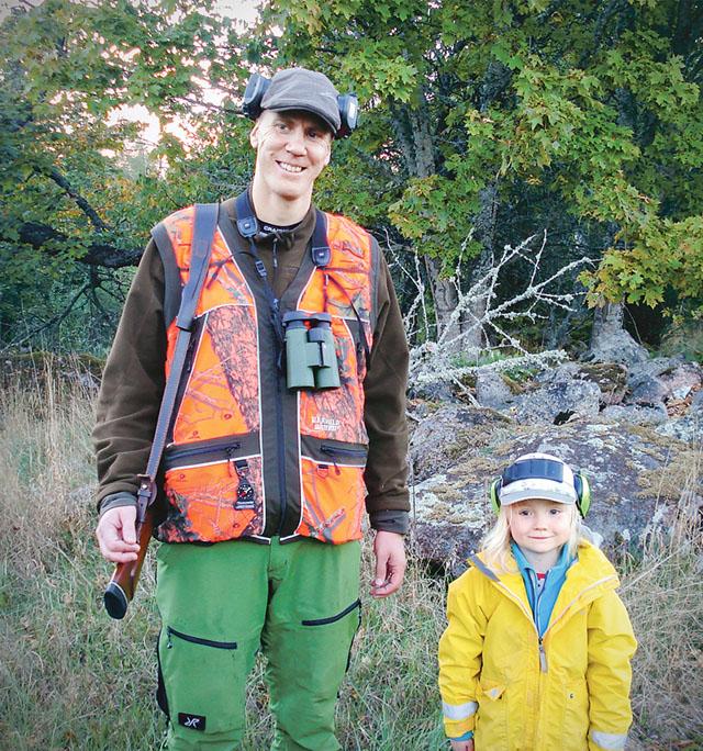 Samuel och Klara är redo för att guida oss i skogen.