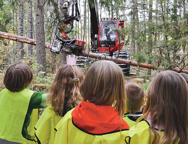 På andra sidan skolstaketet är skogen och där visade Sydved avancerade skogsmaskiner för eleverna.