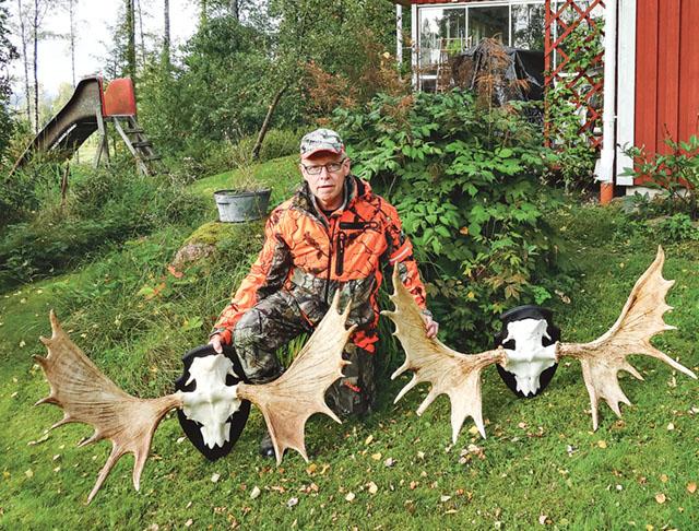 Olle Nilsson med två granna älghorn. Det till vänster är av en ihjälstångad tjur 2007. Skovelhorn på 16 taggar. Det till höger satt på en tjur som man fann död i Svenserud 2013.
