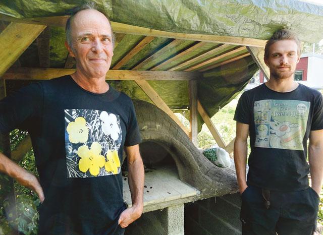 Den nygjorda ugnen ska försiktigt torka. Läraren Michael Raaman och eleven Axel ser nöjda ut.