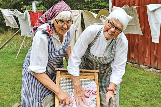 Margaretha Ohlsson och Rossy Johansson visade hur man tvättade förr.