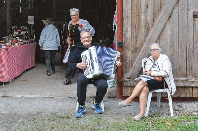 Sune Johansson har spelat dragspel i 75 år. Brevid honom sitter hans käresta från ungdomen, Solveig Thegerström, hans käresta. De återfann varandra för några år sedan.