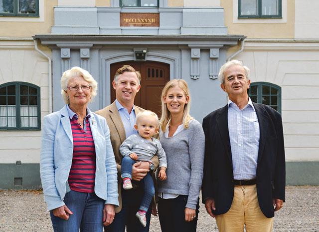 Carl-Gustaf och Agneta Mörner överlämnar godset till sonen Gabriel och hans hustru Josefin vid årsskiftet.