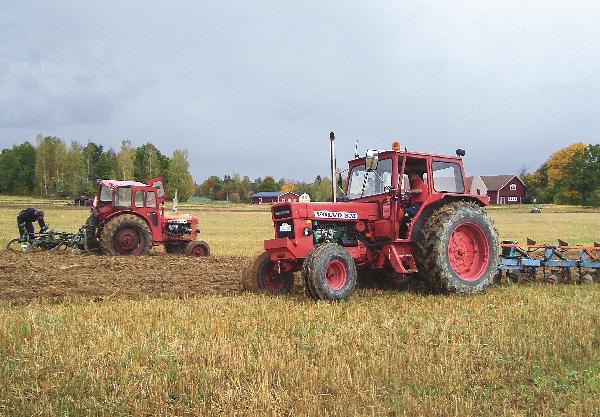 Traktorerna plöjer raka, fina fåror på Fjättmunna gård.
