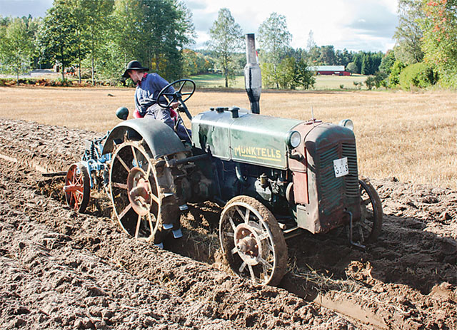 Johan Gustavsson från Boxholm deltar i SM nästa år, 2017, i konstgrenen Plöjning. Traktorn är från 1940-talet.