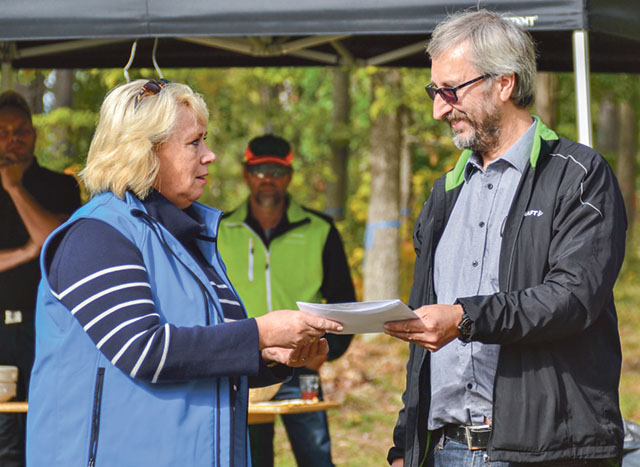 Jan-Erik Svenblad tar emot stipendiet av Lena Ek.