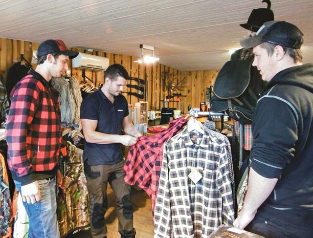 Unga kunder tillika jägare gör sina köp inför jakten. I butiken Jakt och vildmark får de goda råd av Herman Gunner.