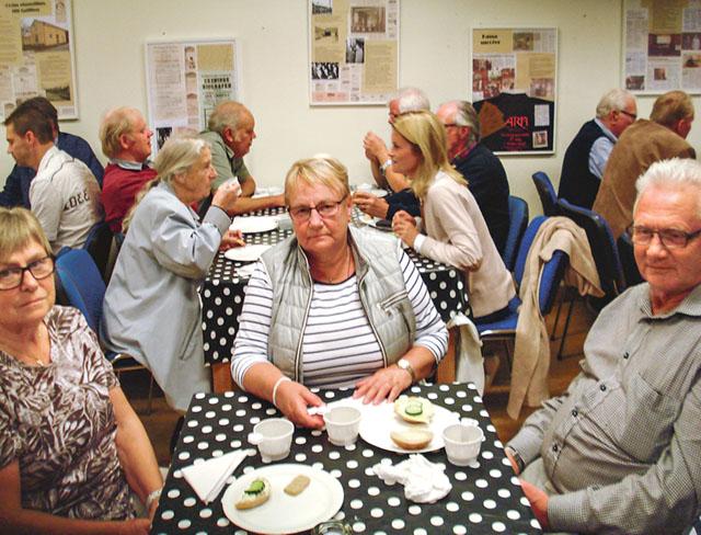 Vid kaffeborden var det mycket mingel i föreläsningspausen. LRF:s lokalavdelning i Mjölby hade bjudit in till föreläsning om mat och miljö med Peter Borring.