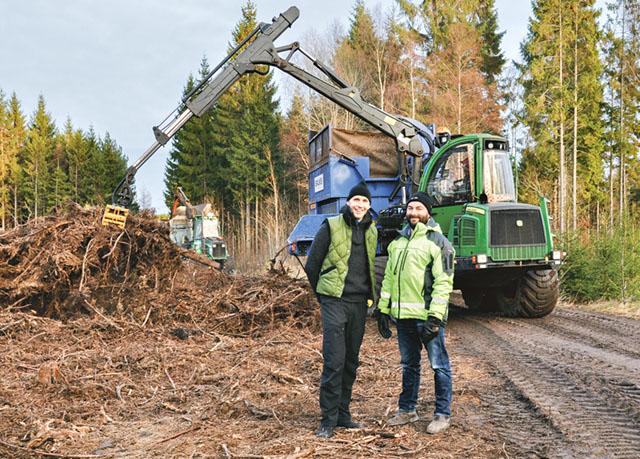 Fredrik Hellgren och Ove Eriksson, båda från Skogstjänst, framför Tjällmo flis nya maskin.