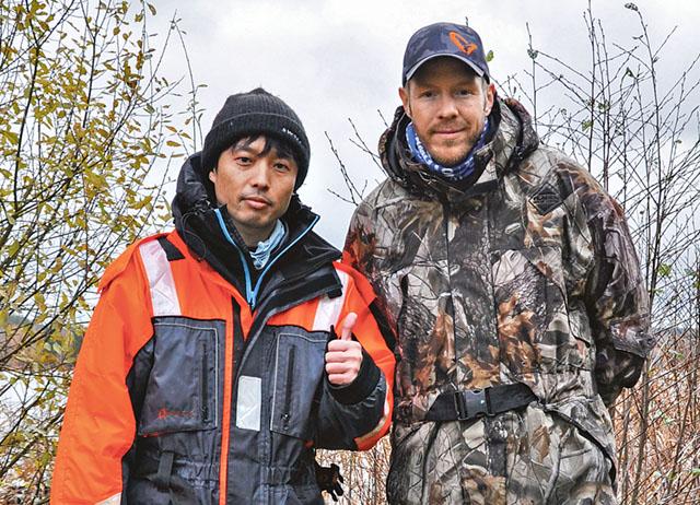 Japanske fiskeentusiasten Yun Nishimura med fiskeguiden Henrik Karlsson.