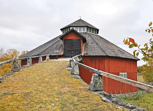 Man kan inte prata om Tinnerö gård utan att nämna den här magnifika rundlogen.